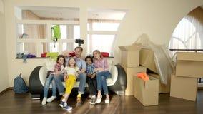 Famille prenant le selfie à l'intérieur clips vidéos