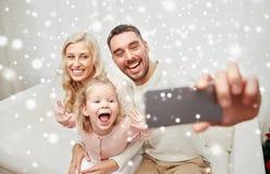 Famille prenant le selfie avec le smartphone à la maison Image libre de droits
