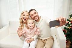 Famille prenant le selfie avec le smartphone à Noël Photos libres de droits