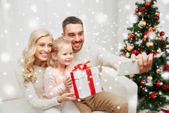 Famille prenant le selfie avec le smartphone à Noël Photo libre de droits