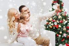Famille prenant le selfie avec le smartphone à Noël Photo stock