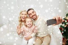 Famille prenant le selfie avec le smartphone à Noël Photographie stock libre de droits