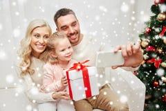 Famille prenant le selfie avec le smartphone à Noël Photographie stock