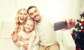 Famille prenant le selfie avec le smartphone à Noël Images libres de droits