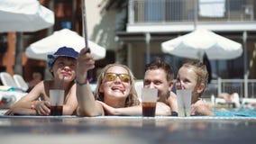 Famille prenant le selfie dans la piscine banque de vidéos