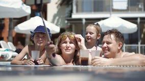 Famille prenant le selfie dans la piscine clips vidéos