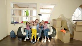 Famille prenant le selfie, pouces clips vidéos