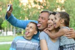 Famille prenant le selfie sur la mer photos libres de droits