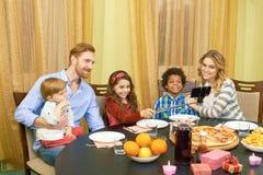 Famille prenant le selfie, table de dîner Photos stock