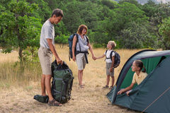 Famille que rasting no acampamento Fotografia de Stock Royalty Free