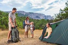 Famille que rasting no acampamento Imagens de Stock Royalty Free