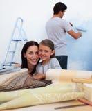 Famille rénovant une salle Photos libres de droits