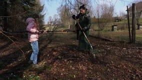 Famille rassemblant des feuilles et des branches sèches Concept de jardinage clips vidéos