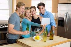 Famille recueillant la partie de selfie sur des couples d'un comprimé deux une double date Photo libre de droits