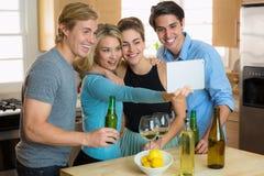 Famille recueillant la partie de selfie sur des couples d'un comprimé deux une double date Photographie stock libre de droits