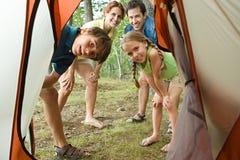 Famille regardant dans la tente Photo stock
