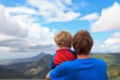 Famille regardant des montagnes des Îles Maurice Image libre de droits