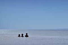 Famille regardant l'horizon Image libre de droits