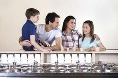 Famille regardant la fille dans la boutique de crème glacée  Photo stock