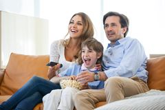 Famille regardant la TV Image libre de droits