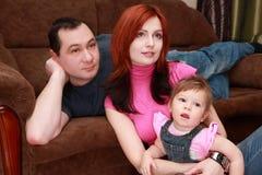 Famille regardant la TV Images libres de droits