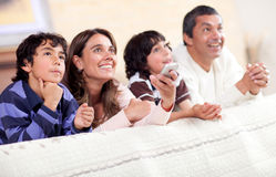 Famille regardant la TV Images stock