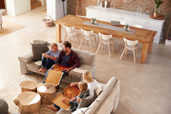 Famille regardant la TV et mangeant de la pizza Images libres de droits