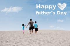 Famille regardant le texte de fête des pères Photo stock