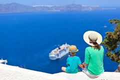 Famille regardant Santorini, Grèce Image stock