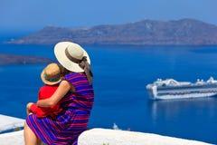 Famille regardant Santorini, Grèce Photographie stock libre de droits