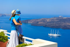 Famille regardant Santorini, Grèce Photographie stock