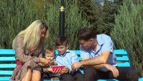 Famille regardant un smartphone banque de vidéos