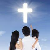 Famille regardant un symbole croisé Image libre de droits