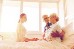 Famille rendant visite à la femme supérieure malade à l'hôpital Photo stock