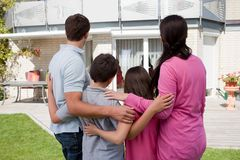 Famille restant devant leur maison Photographie stock libre de droits