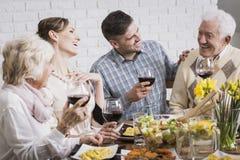 Famille riante pendant le dîner photographie stock