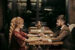 Famille romantique Couples dans l'amour au restaurant Date des couples de famille dans des relations romantiques, amour Rose roug Images stock