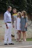 Famille royale de l'Espagne posant au palais de Marivent pendant leurs vacances d'été Photos stock