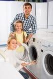 Famille sélectionnant le joint de blanchisserie Photo stock