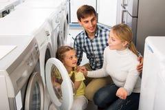 Famille sélectionnant le joint de blanchisserie Photo libre de droits