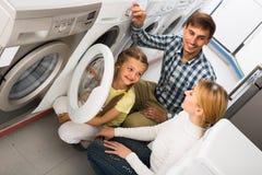 Famille sélectionnant le joint de blanchisserie Image stock