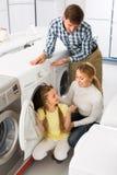 Famille sélectionnant le joint de blanchisserie Photos libres de droits