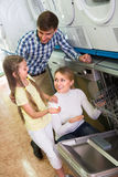 Famille sélectionnant le lave-vaisselle dans le magasin photos stock