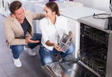 Famille sélectionnant le lave-vaisselle moderne Photos stock