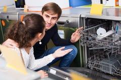 Famille sélectionnant le lave-vaisselle moderne Images libres de droits