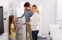Famille sélectionnant le réfrigérateur Photo libre de droits