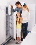 Famille sélectionnant le réfrigérateur Image stock