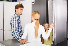 Famille sélectionnant le réfrigérateur Photo stock