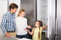 Famille sélectionnant le réfrigérateur Images stock
