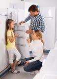 Famille sélectionnant le réfrigérateur Photos libres de droits